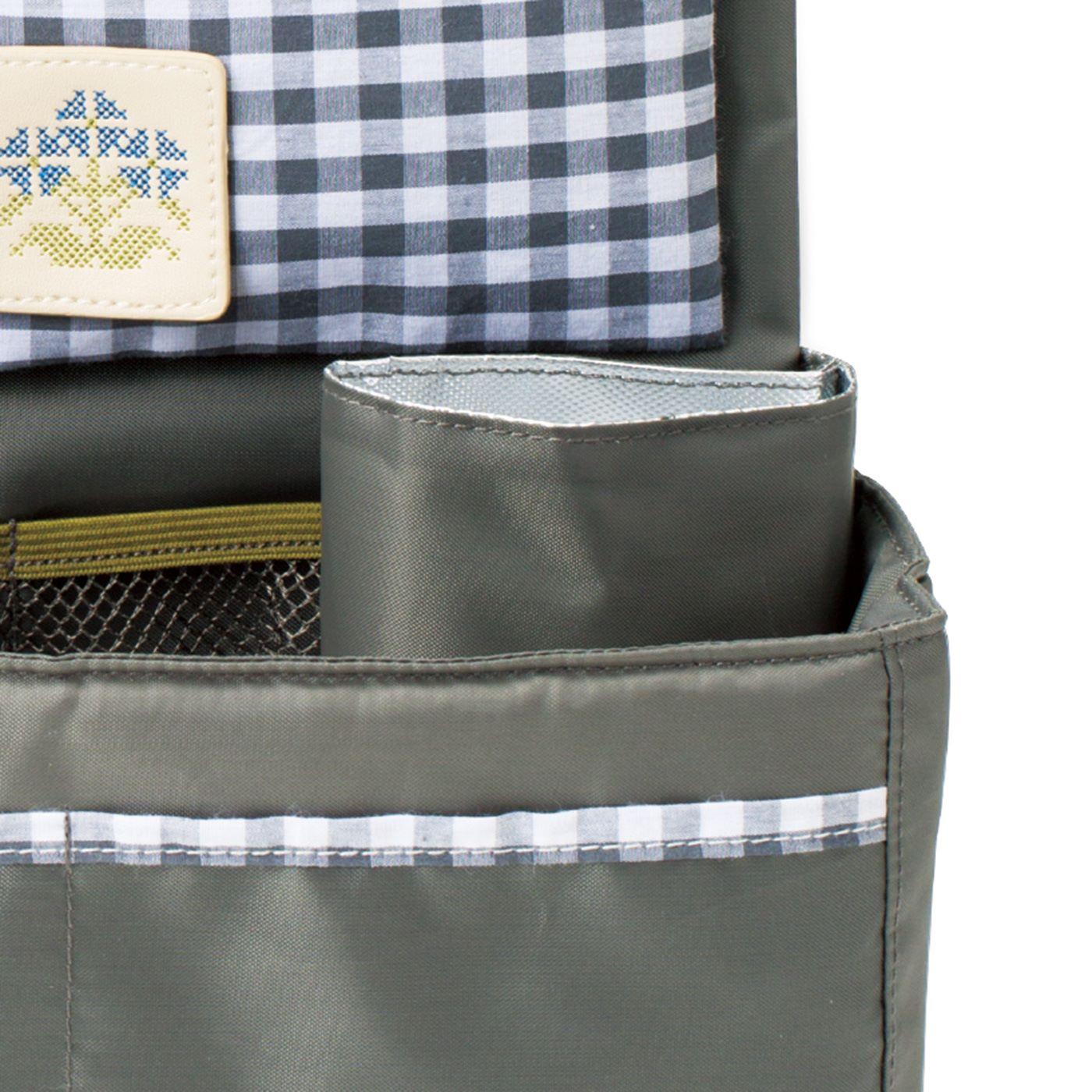 折りたたみ傘やペットボトルにぴったりのポケットは、内側にアルミ蒸着シート付き。