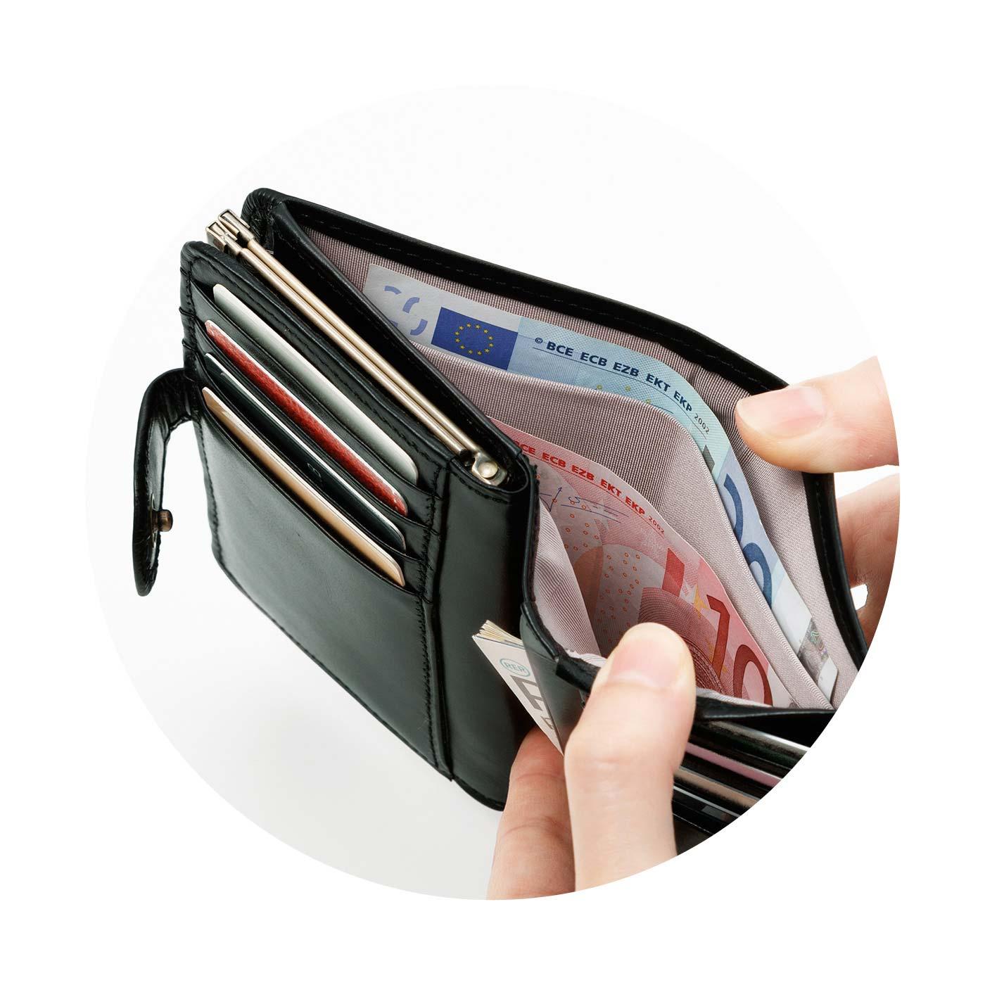 2室に分かれたお札入れ。紙幣やレシートなどを分類して収納できます。
