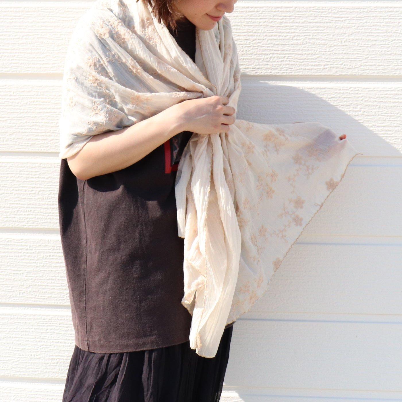 巻いても羽織っても 女性らしいスカラップ仕様の刺しゅうストール