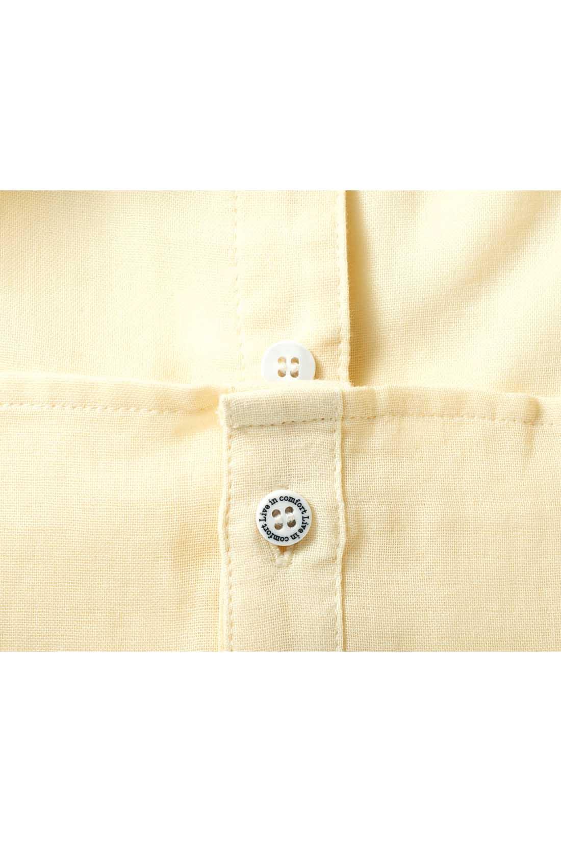 留めるとフロントイン風に見えるロールアップボタン付き。ウエストまわりがもたつかないから印象すっきり。