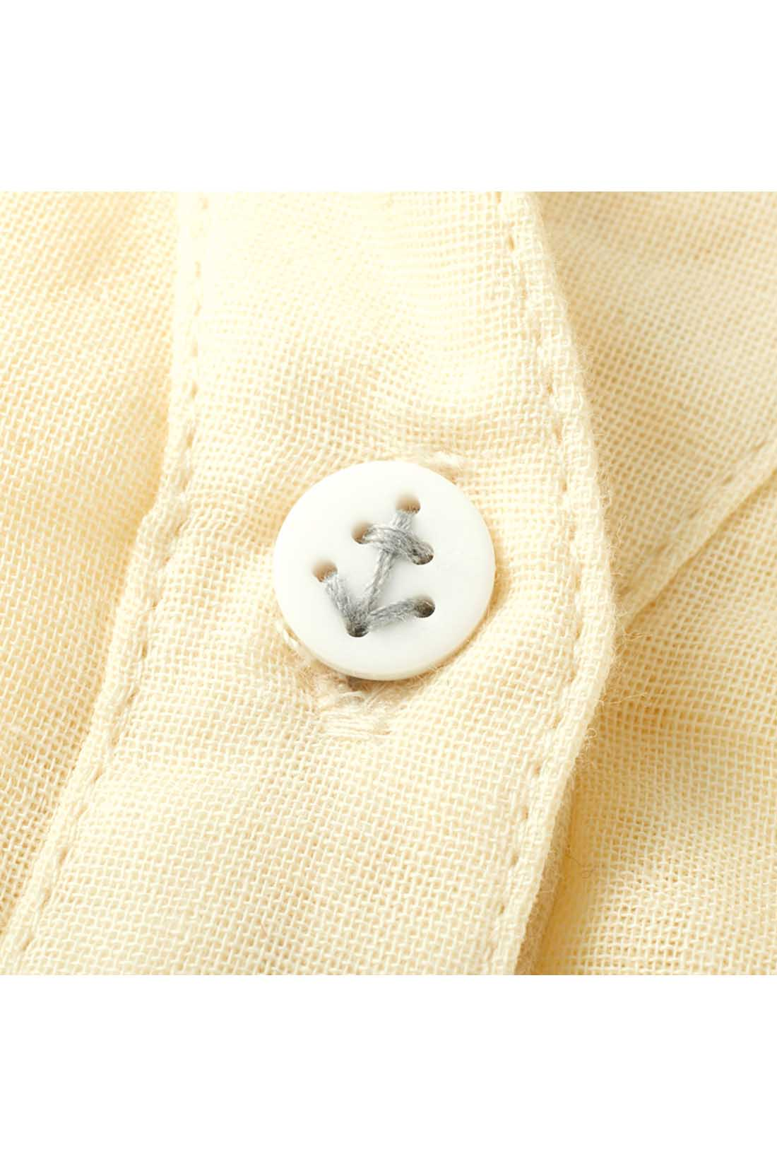 一番上のボタンは、さりげなくおしゃれなイカリマーク入り。