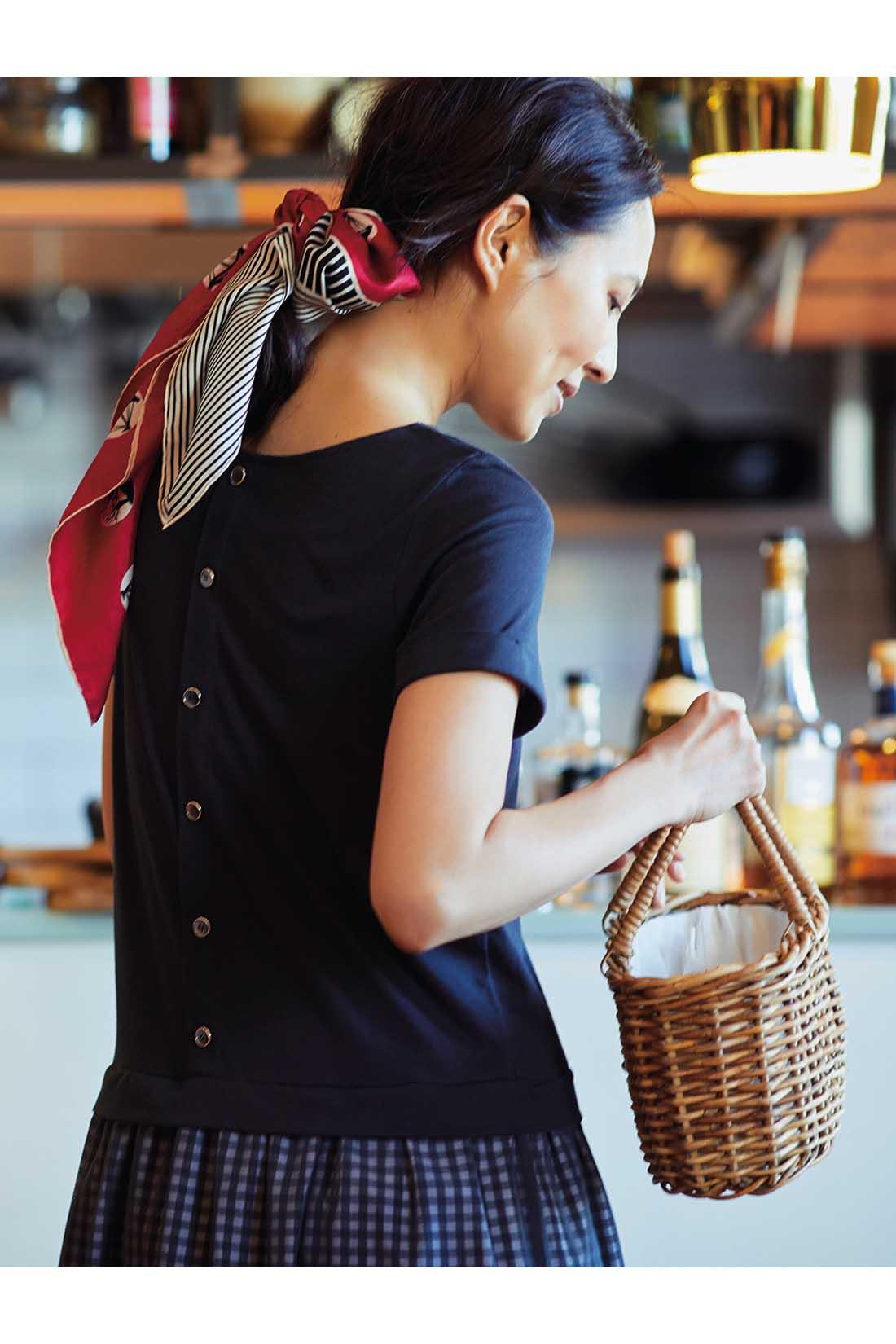 前はすらりとシンプルに、背中には飾りボタンを並べて華やぎをプラス。