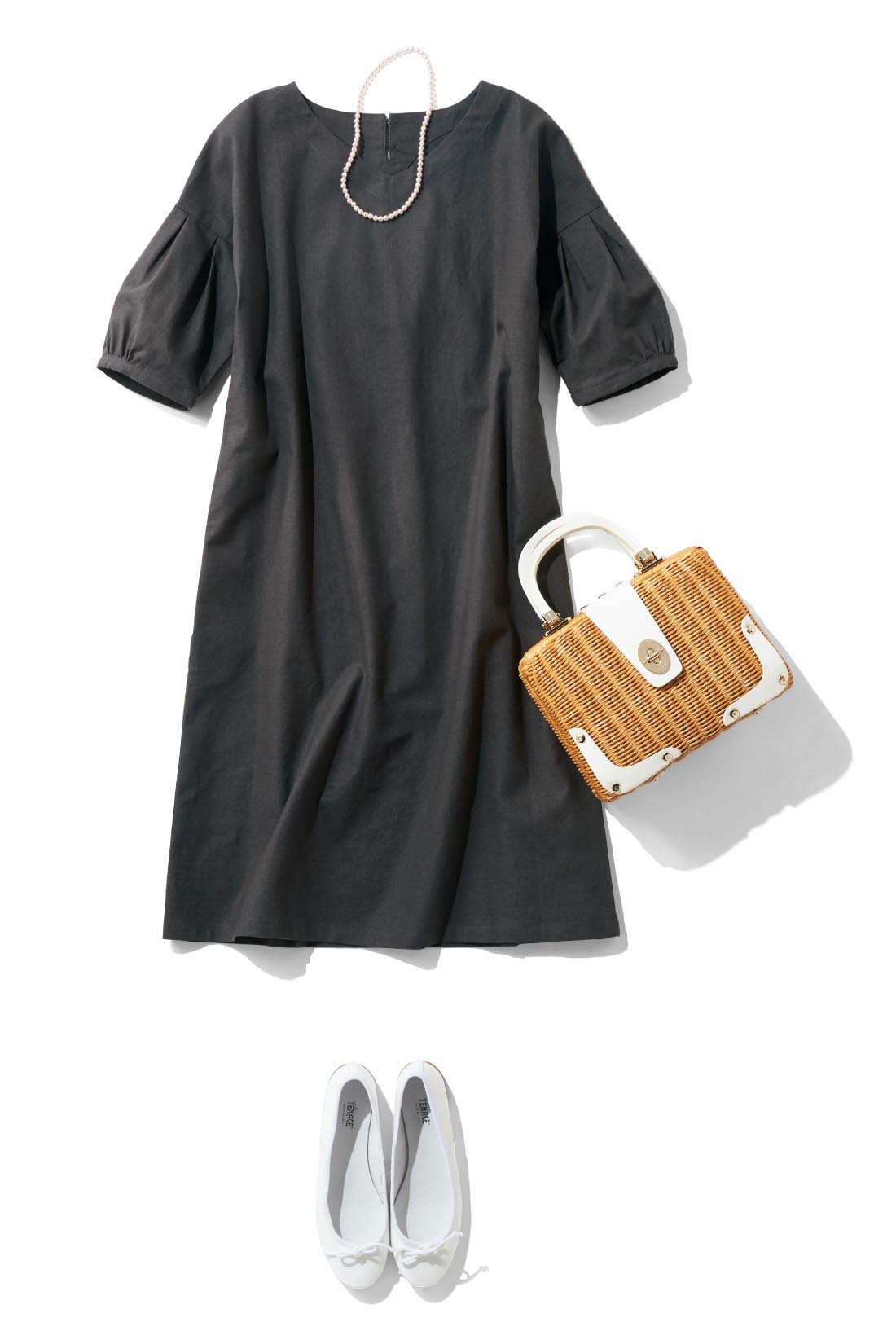 パールやかごバッグでおめかしスタイル。麻混素材なのでフォーマルすぎないのが◎。