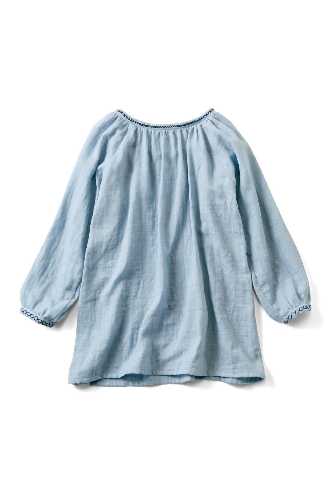Back 衿ぐりと袖口の刺しゅうが後ろ姿のアクセントに。