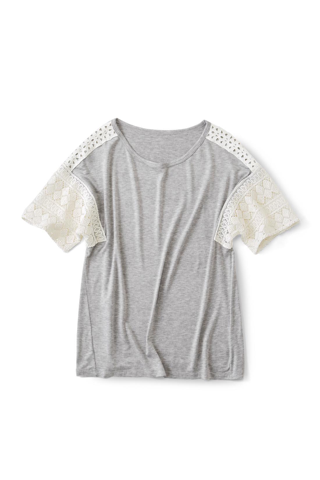 明るく着まわしやすい【グレー】 肩はTシャツ生地の上にレースを重ねているので、肌が見えすぎず上品な印象。 ほどよく肩落ちのデザインだから腕が透けすぎず安心です。