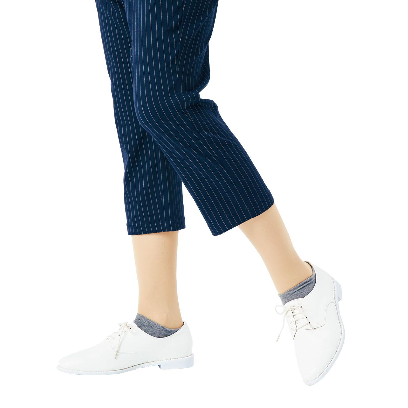 いろんなボトムスに合わせやすい、ひざ下丈。 ストッキングはやや厚め生地。ナマ足をきれいに見せる絶妙ベージュです。