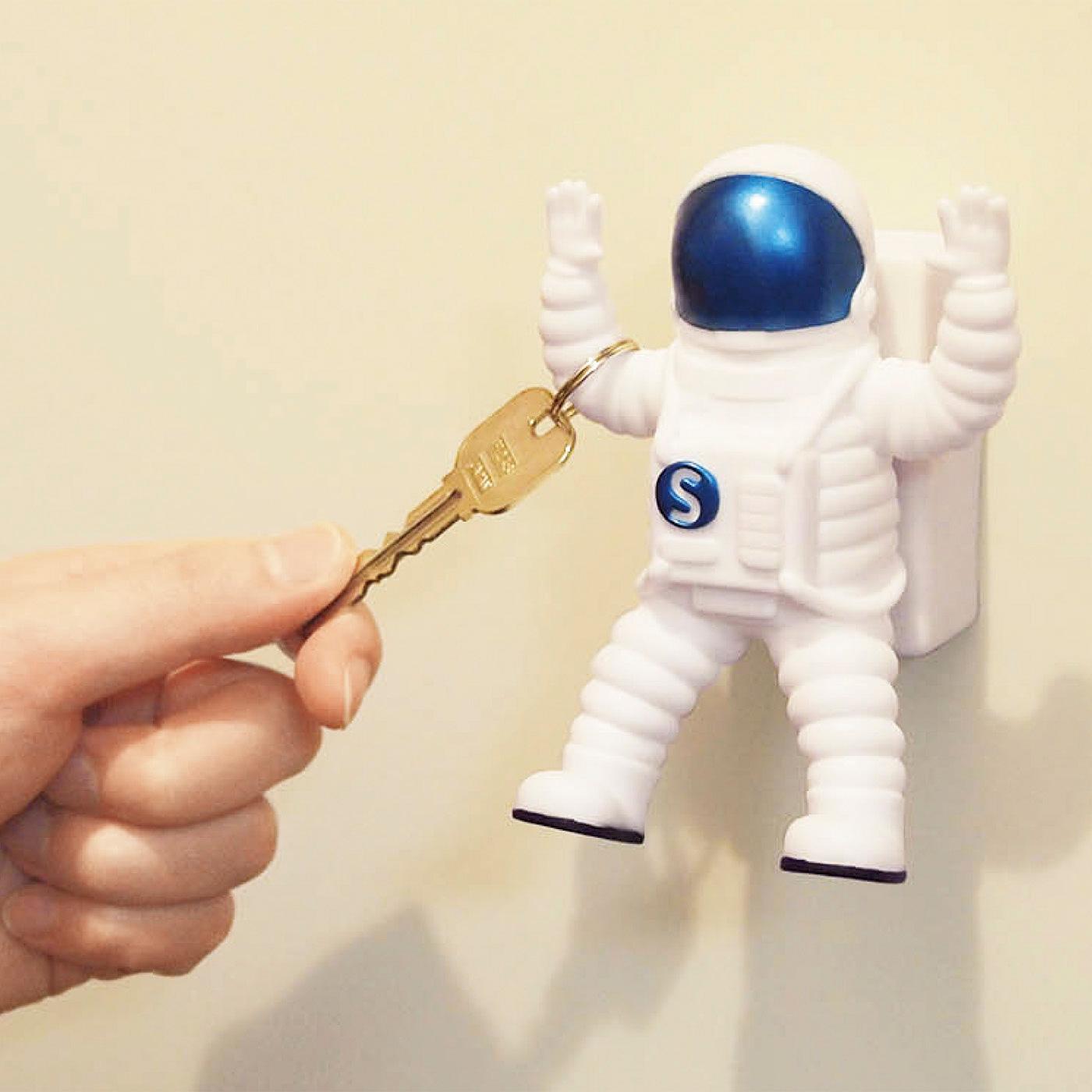宇宙飛行士の手にかぎを掛けられます。