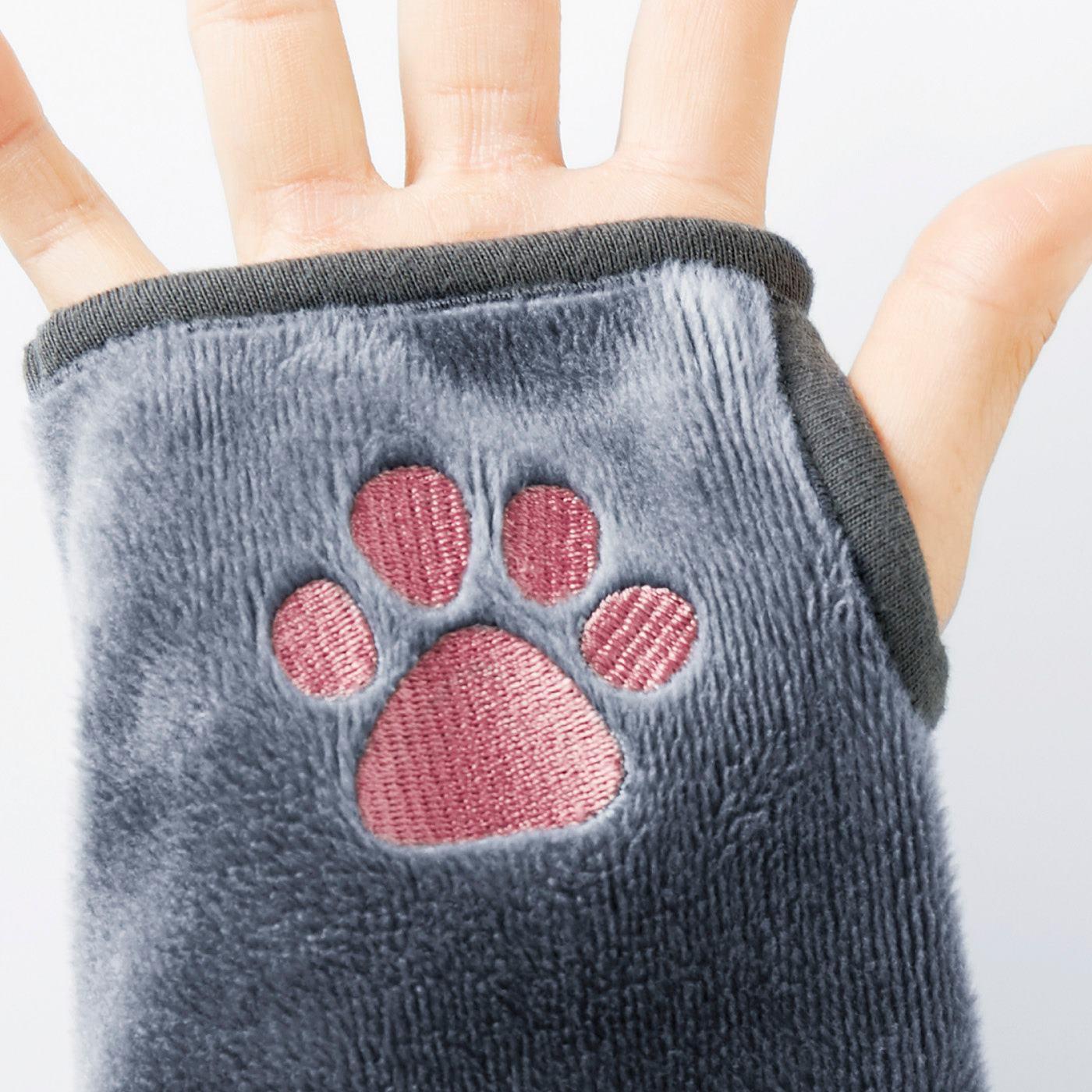 サムホールに親指を通すと、手のひらにちょうどあずき色の肉球が!