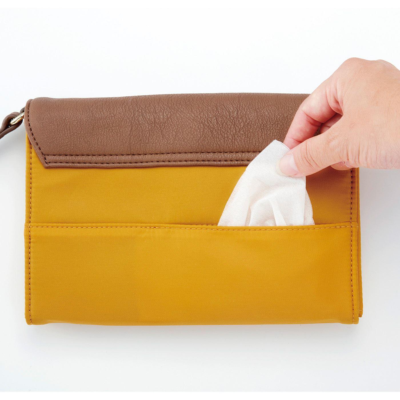 ふたを開けずに、内側のポケットに入れたティッシュを外側から直接取り出せます。