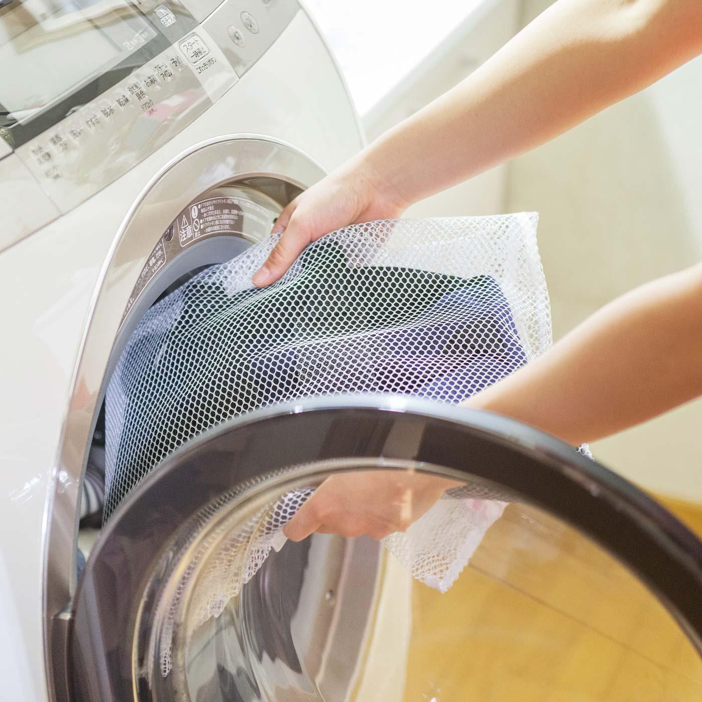 洗濯機で洗える。ネットに入れて洗濯機に入れるだけ。Tシャツ感覚でお手入れできます。