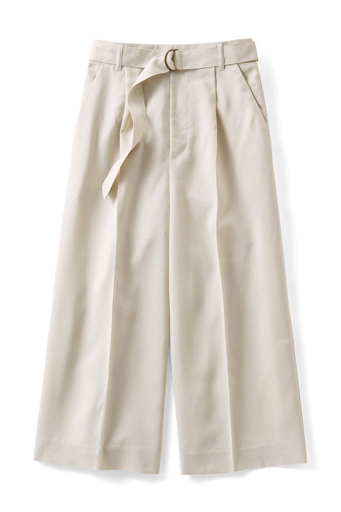 夏らしく涼しげな〈アイボリー〉 共布のベルト付き ウエストマークで女っぷりを強調して。 センタープレス&クロップド丈 縦ラインの視覚効果で美脚度アップ。ひざが隠れる丈感が見た目も涼やか。