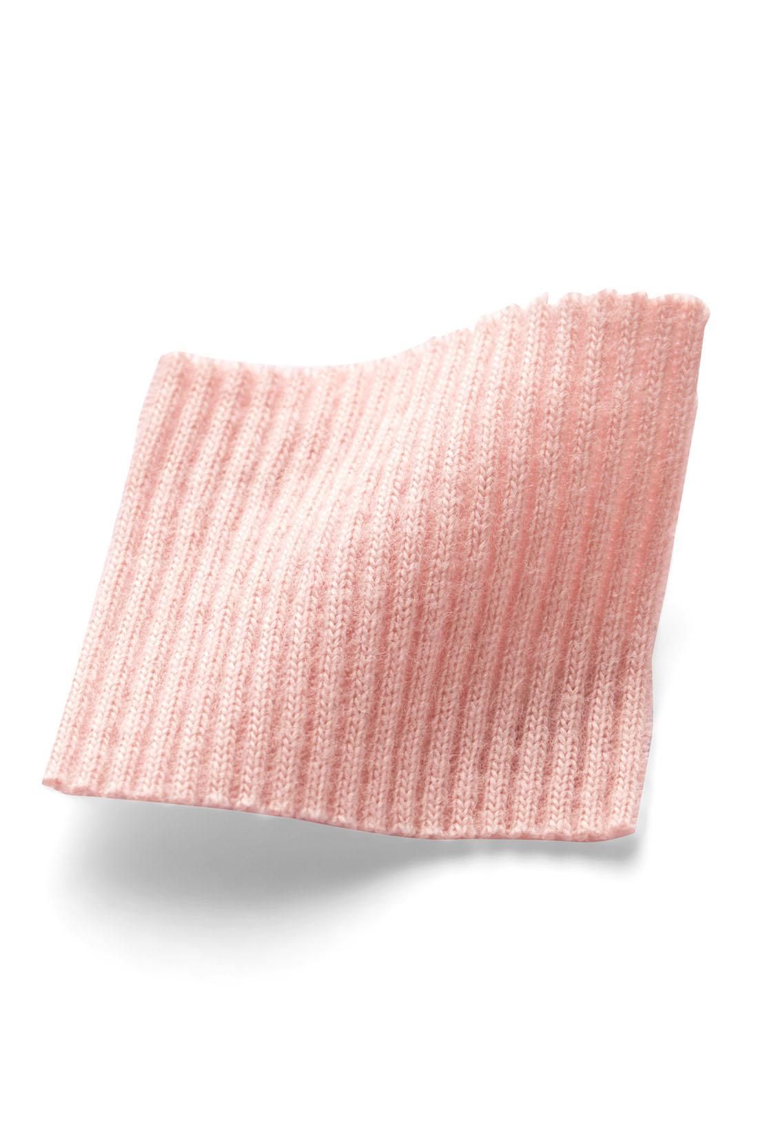 とろんとした落ち感のある綿モダール(R)素材で、ふんわりやわらかい肌ざわり。テレコリブ編みでボディーにやさしくフィットして快適。