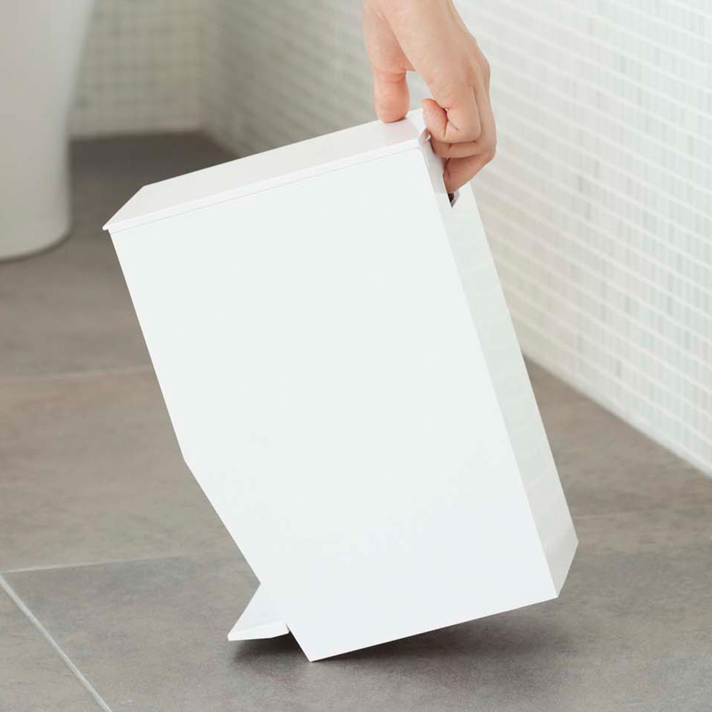 持ち運びに便利な持ち手付き。背中には持ち運びしやすいように手が入る穴があいています。