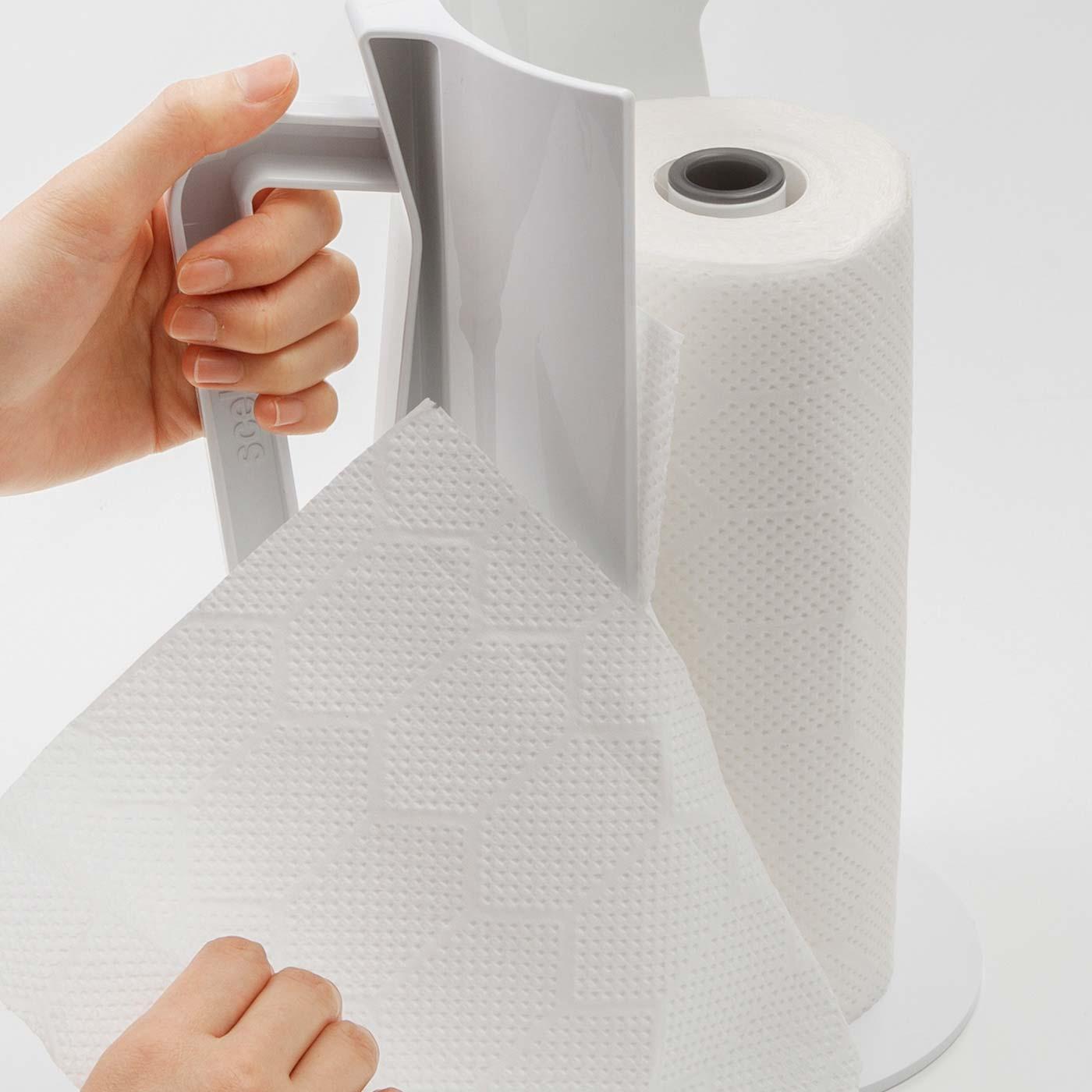 持ち手でらくらくペーパーカット。ハンドルはキッチンペーパーを切る時に押さえやすく、移動の際にも役立ちます。