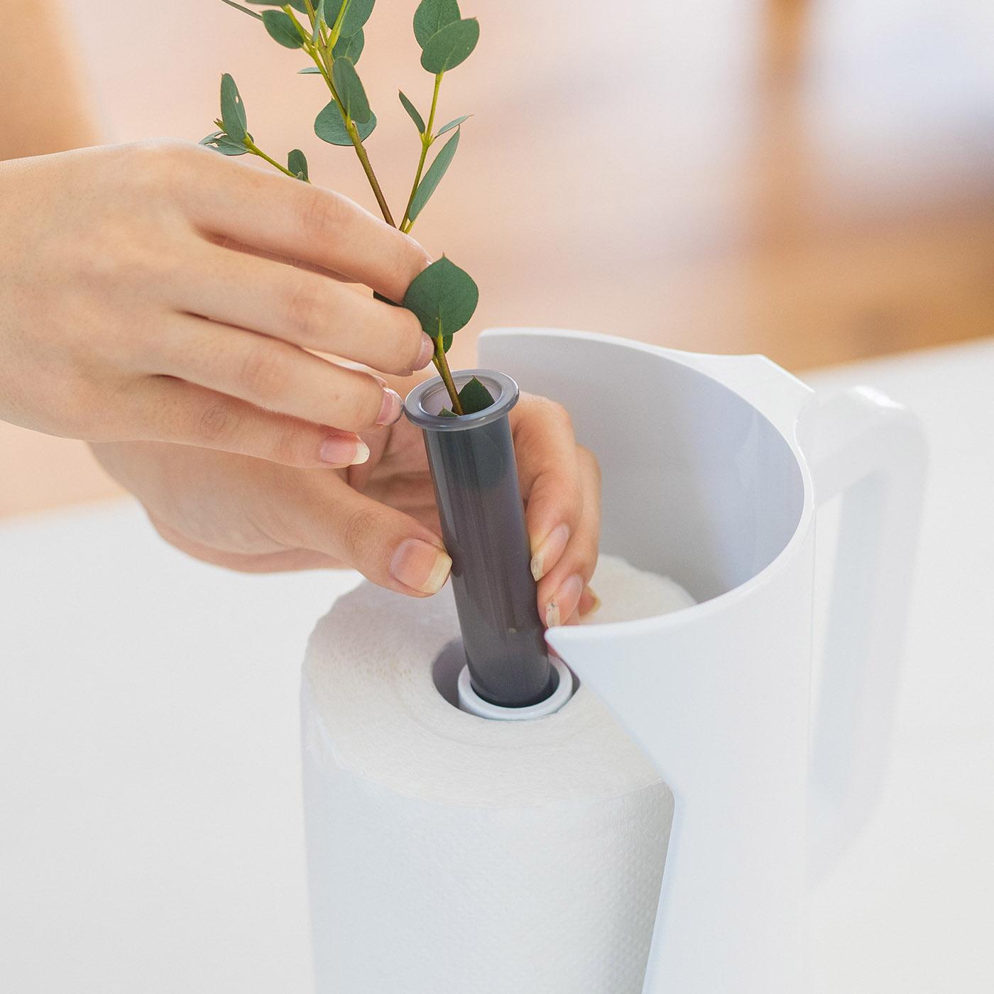 生花も造花もOKなフラワーベース。内蔵のフラワーベースには造花はもちろん、水を入れて生花を飾っても。