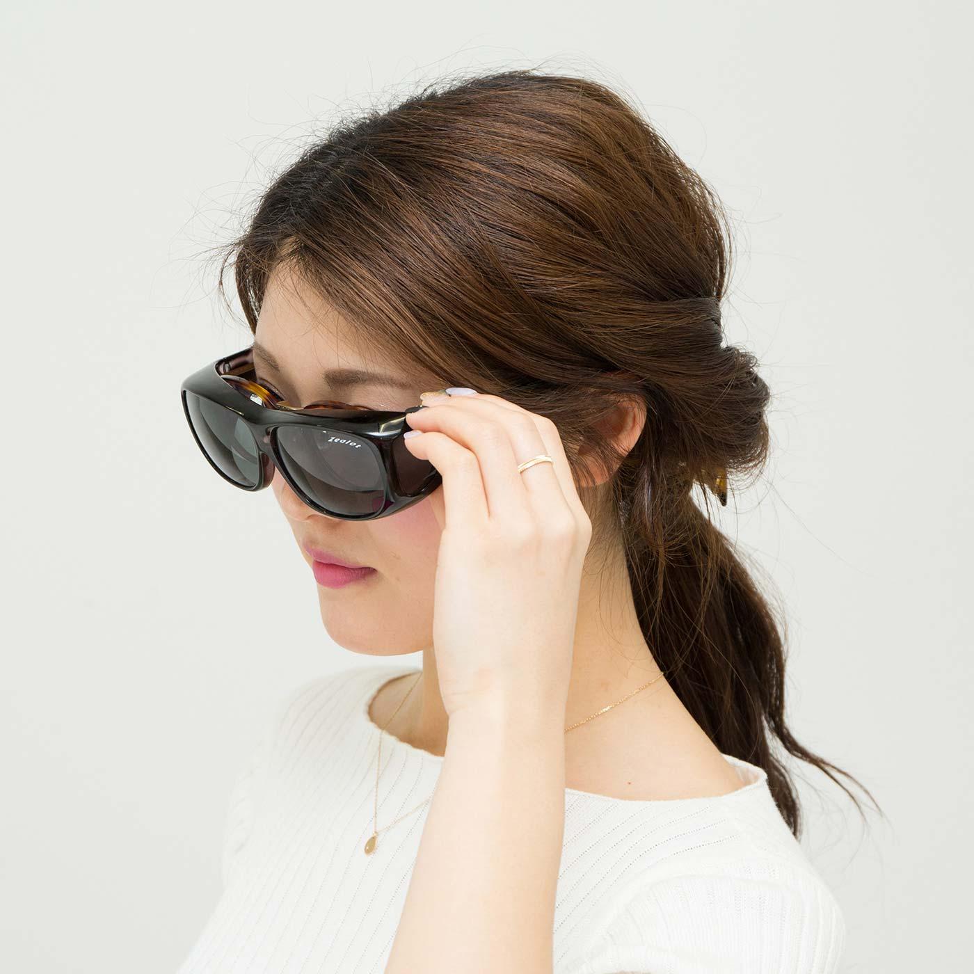 眼鏡の上からそのままサッと! 眼鏡なしでもそのまま着けられます。