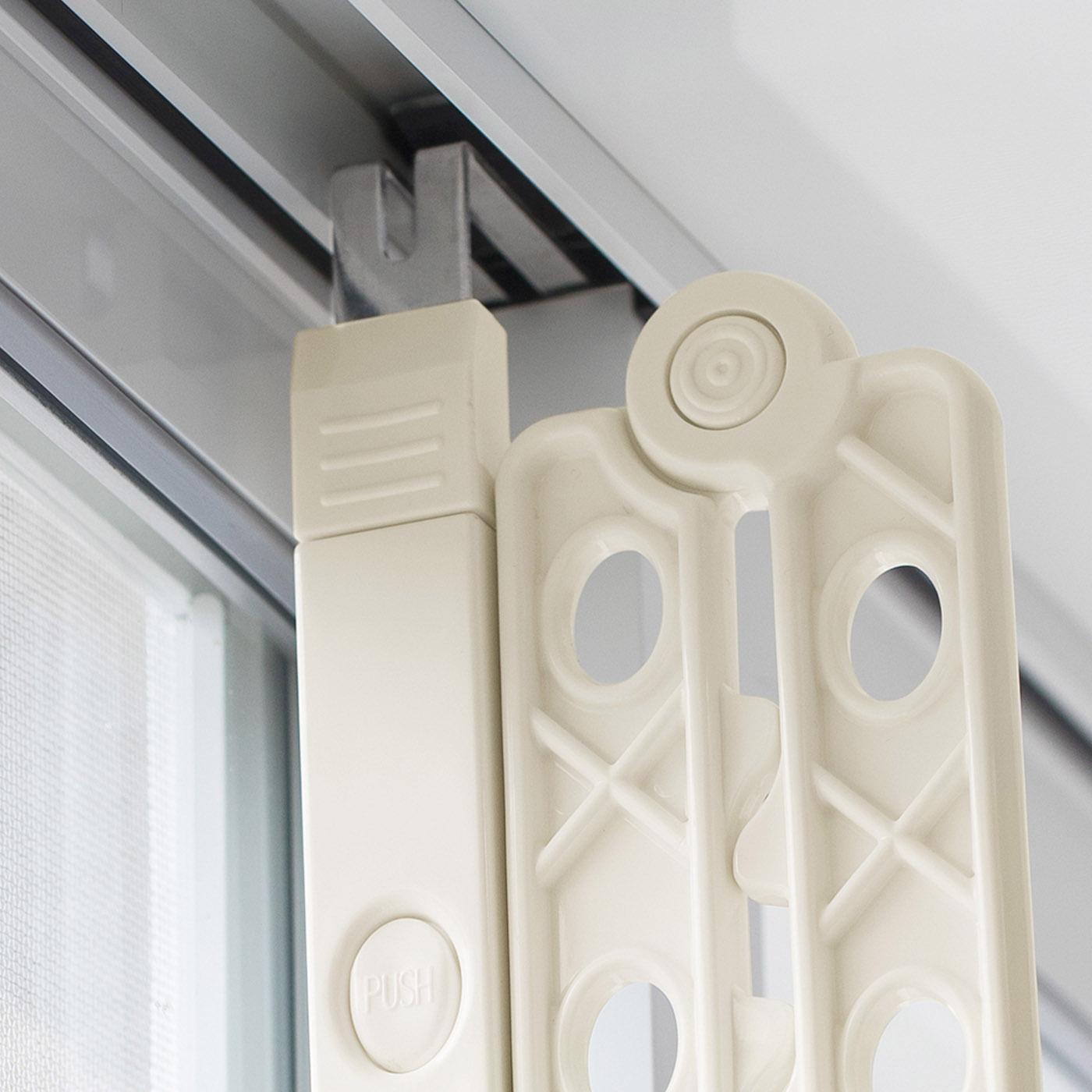 レールと窓枠の間のすき間に差し込むだけ。