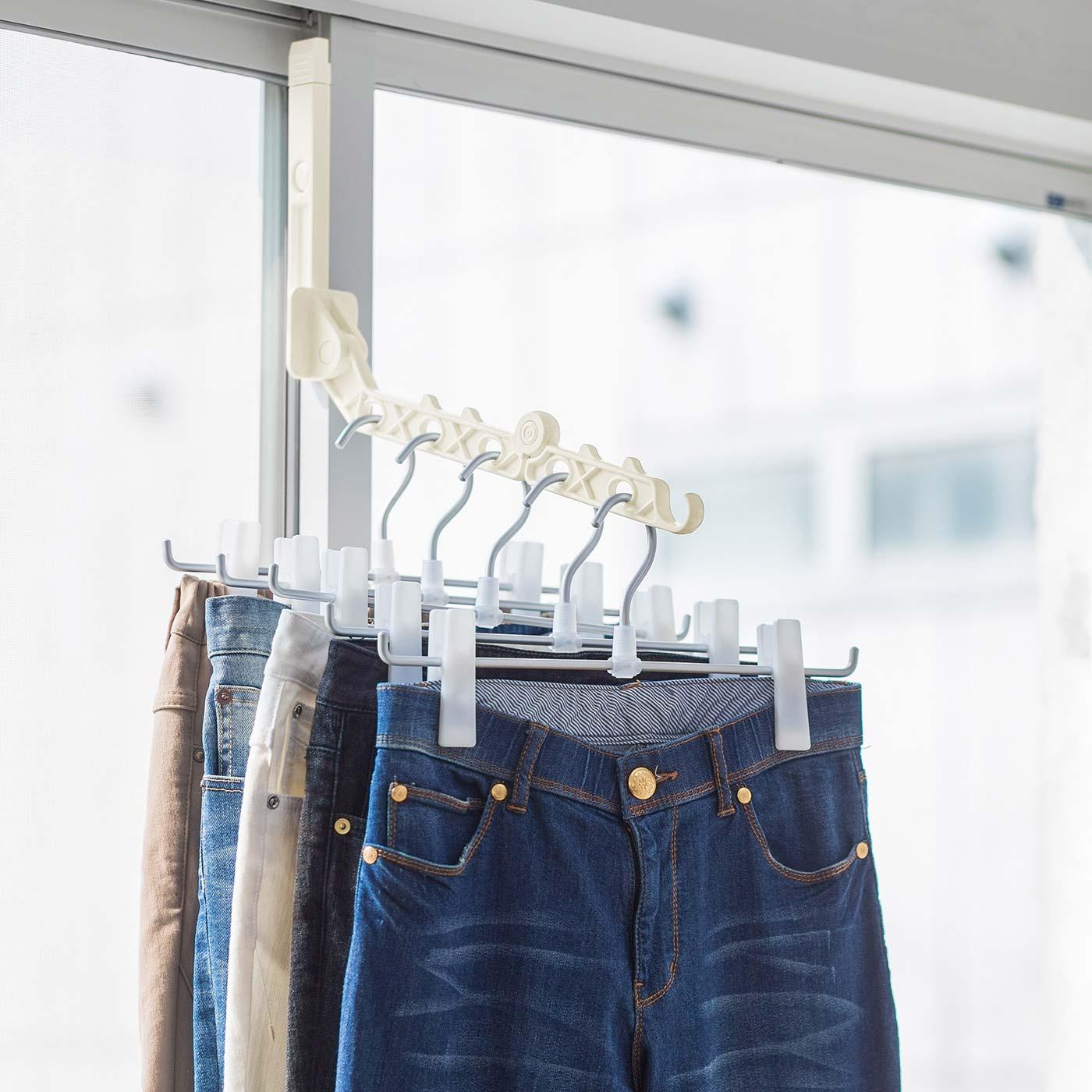 重いジーンズも5本いっぺんに干せます。耐荷重3kg。