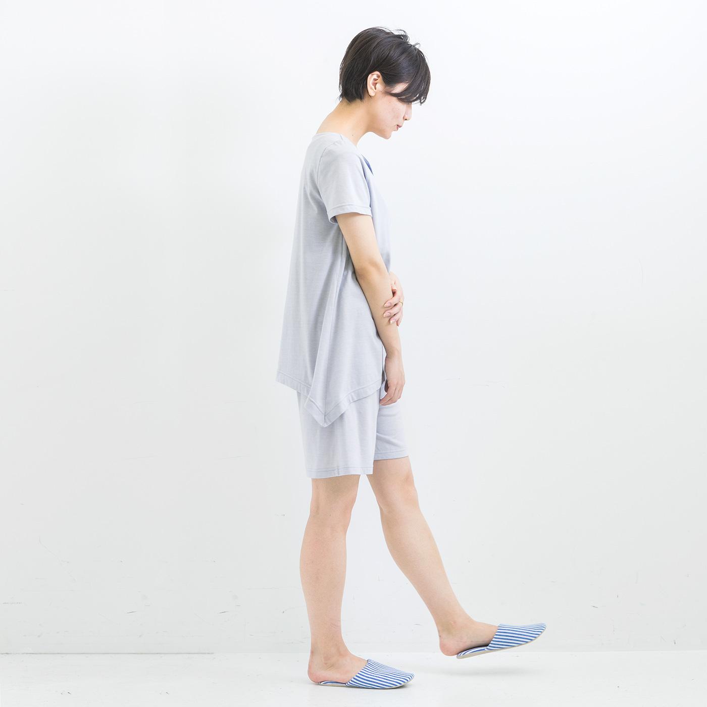 【サイド】両サイドが長くなって足に沿うデザイン。