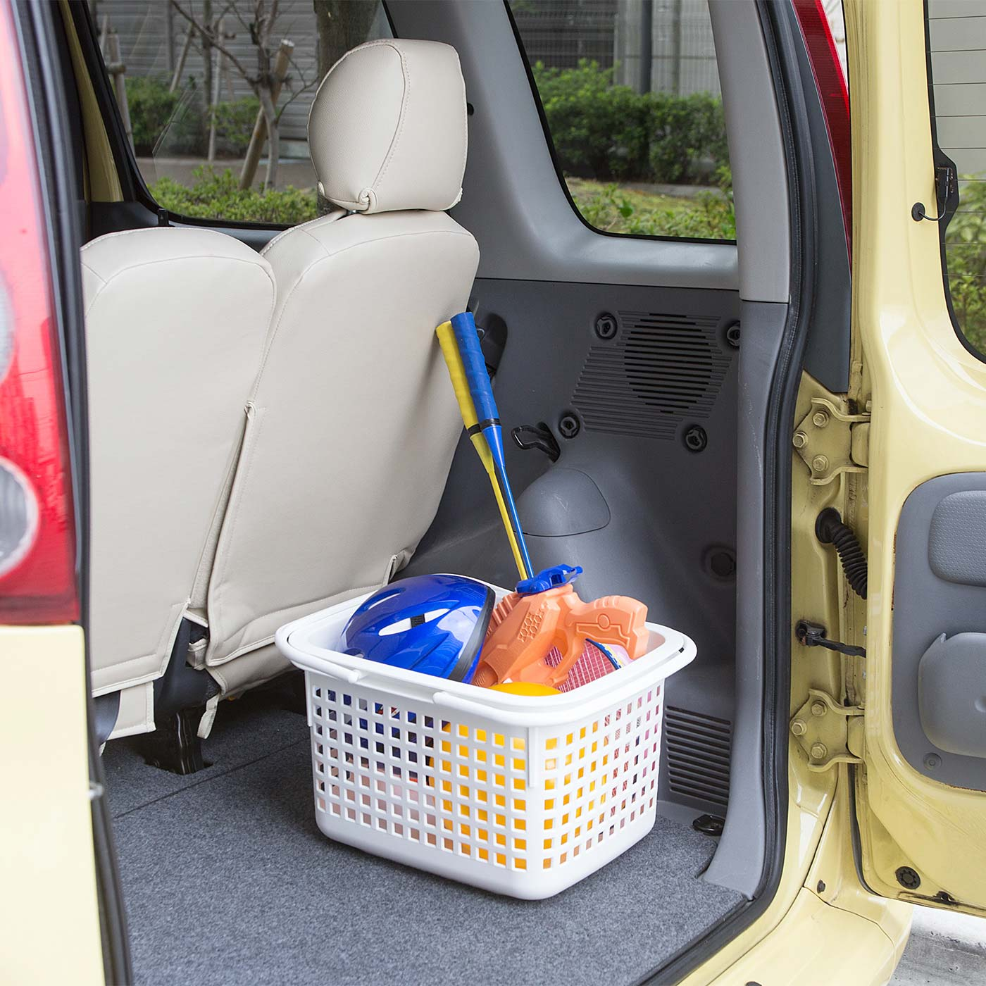 アウトドアグッズを入れて車での持ち運びにも便利。