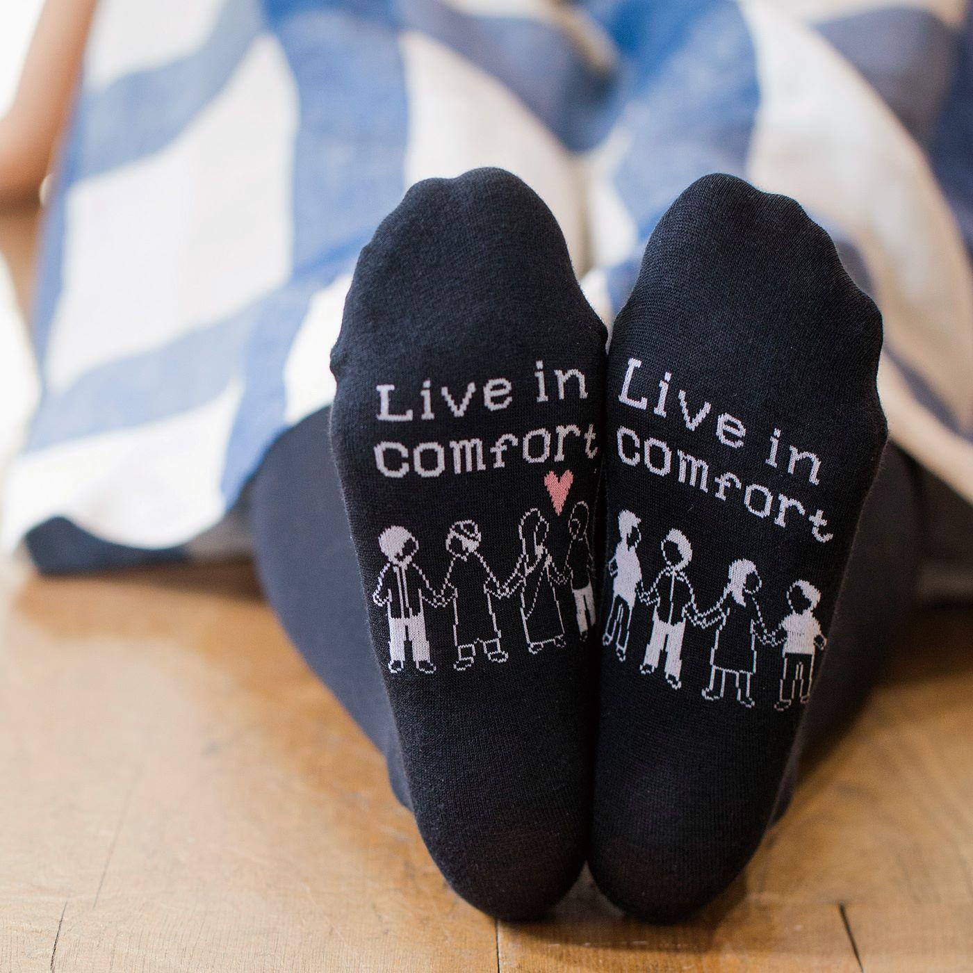 ジャカード編みのオリジナルデザイン。両足の裏側をくっつけると、みんなが手をつなぎます。ピンクのハートがかわいいポイント。