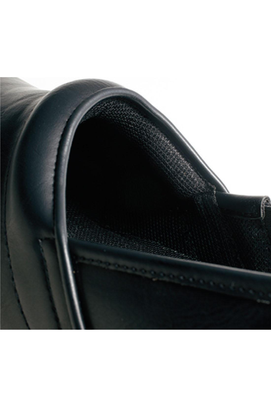 足が当たる履き口の内側や中敷きはふかふかなクッション入り。