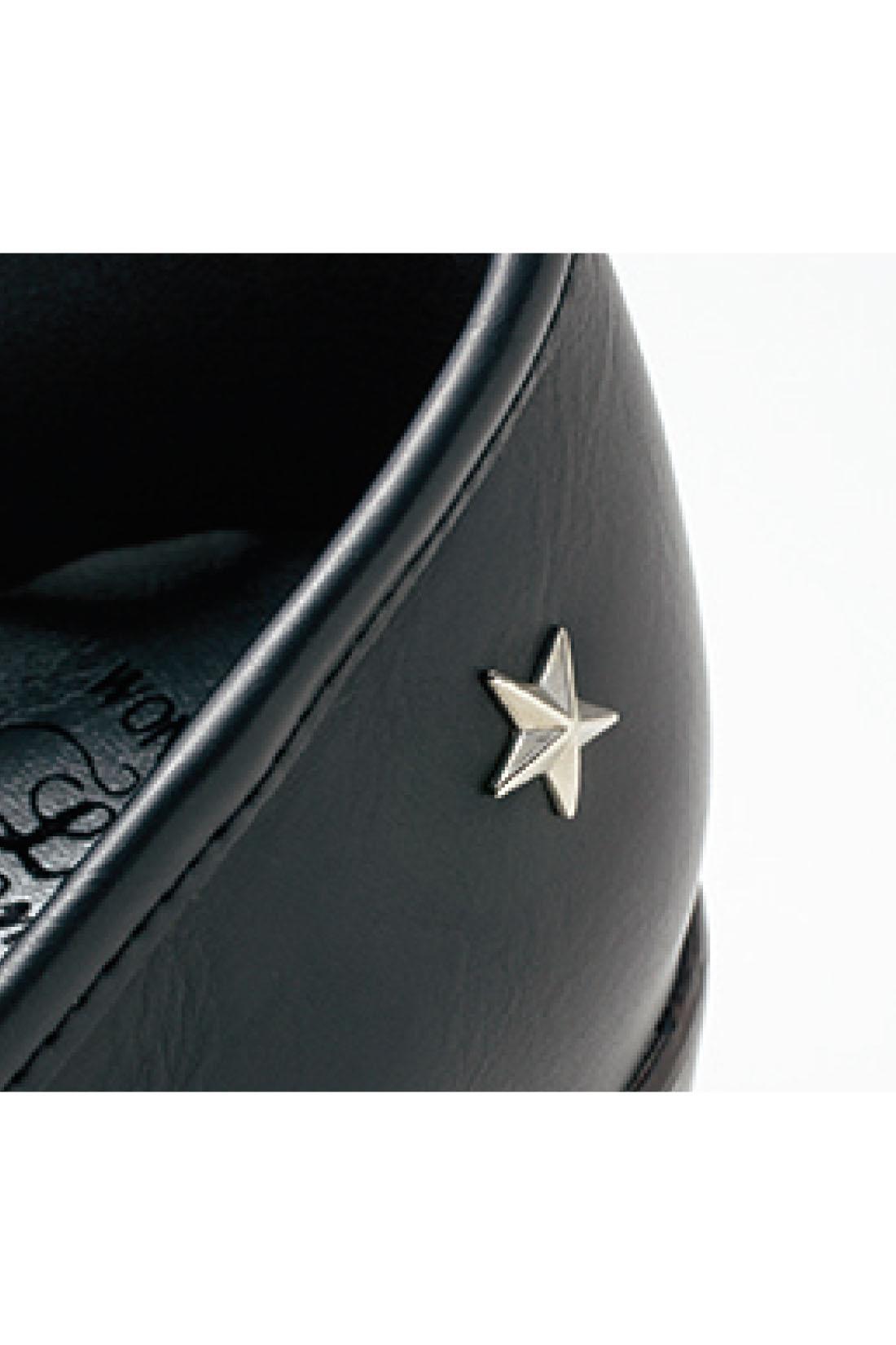 黒の本革風素材にぐるりと入れたステッチと、サイドに付けた星形リベットがかわいいアクセント。