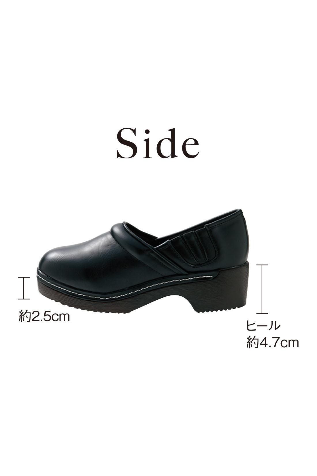 手を使わずすぽっと履けて脱げにくいサイドゴム仕様。がっしり底で美脚に見せつつ、安定感のある履き心地です。