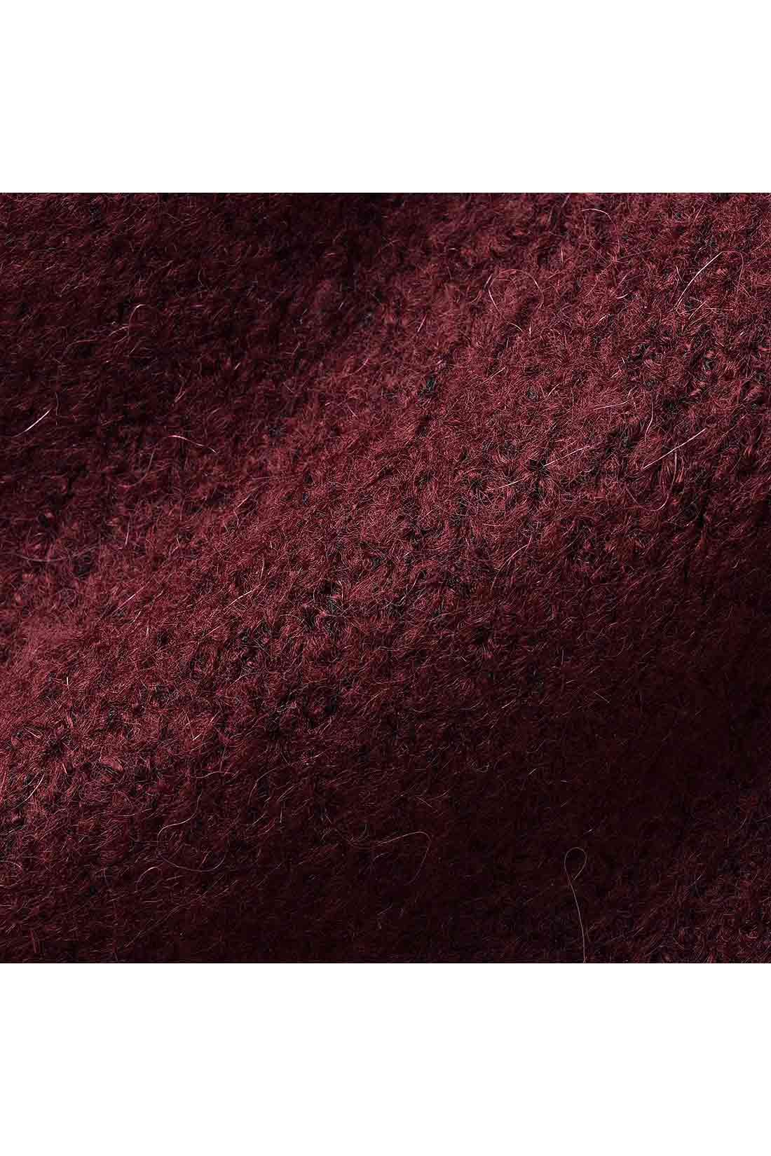 思わずさわりたくなるような、肉厚な起毛素材。ブークレ風の糸の風合いも女性らしさを演出。