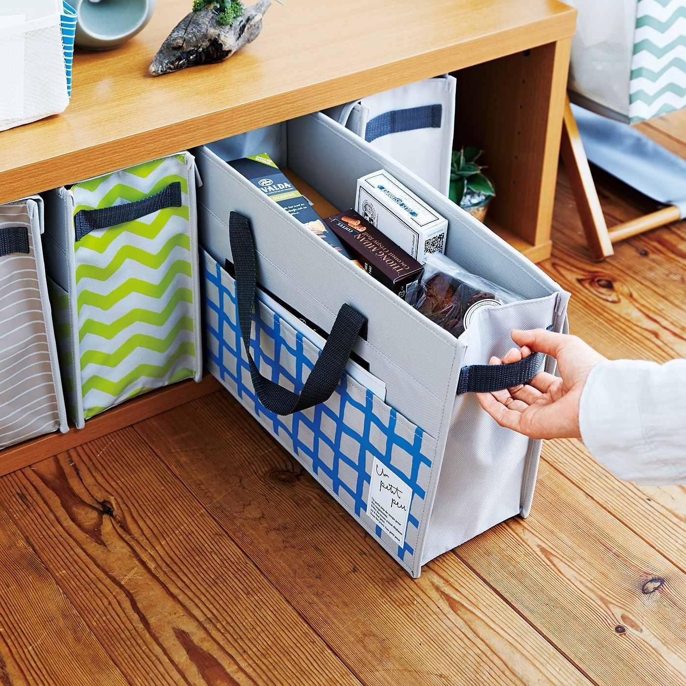 引き手付きなので出すときに便利。テーブル下など、デッドスペース収納にも。