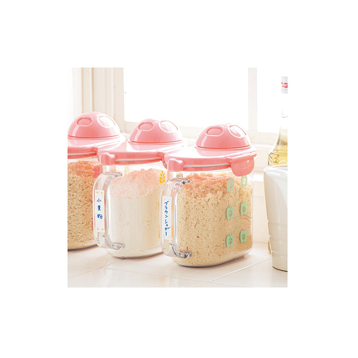 小麦粉や砂糖、塩などラベルシールを使って分類して使うととっても便利。