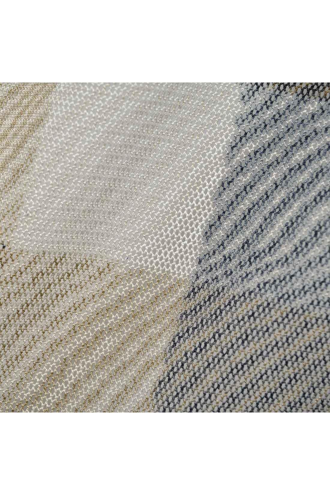 【チュールの透け感が◎。】 チェックの部分は、商品写真ではわかりにくいのですが、こんな感じにメッシュ状になっています。透けるから動くたびに表情が変わるの。