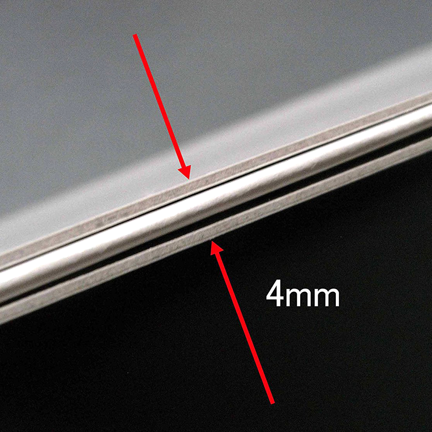 厚さわずか4mm、重さ210gと軽量。