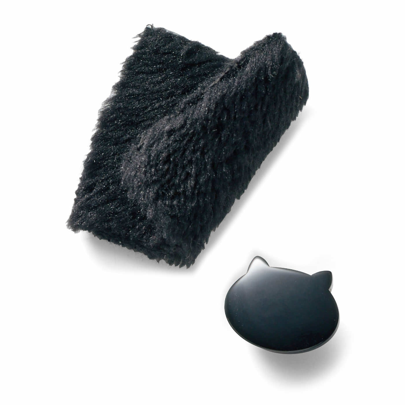 両面とも毛布みたいにふわふわな素材。大人っぽいシルエットや、猫型のボタンなど、さりげないけどかわいいディテールにこだわりました。