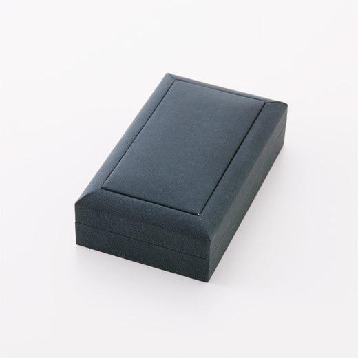 夜空をイメージした紺色のケースに入れてお届けします。