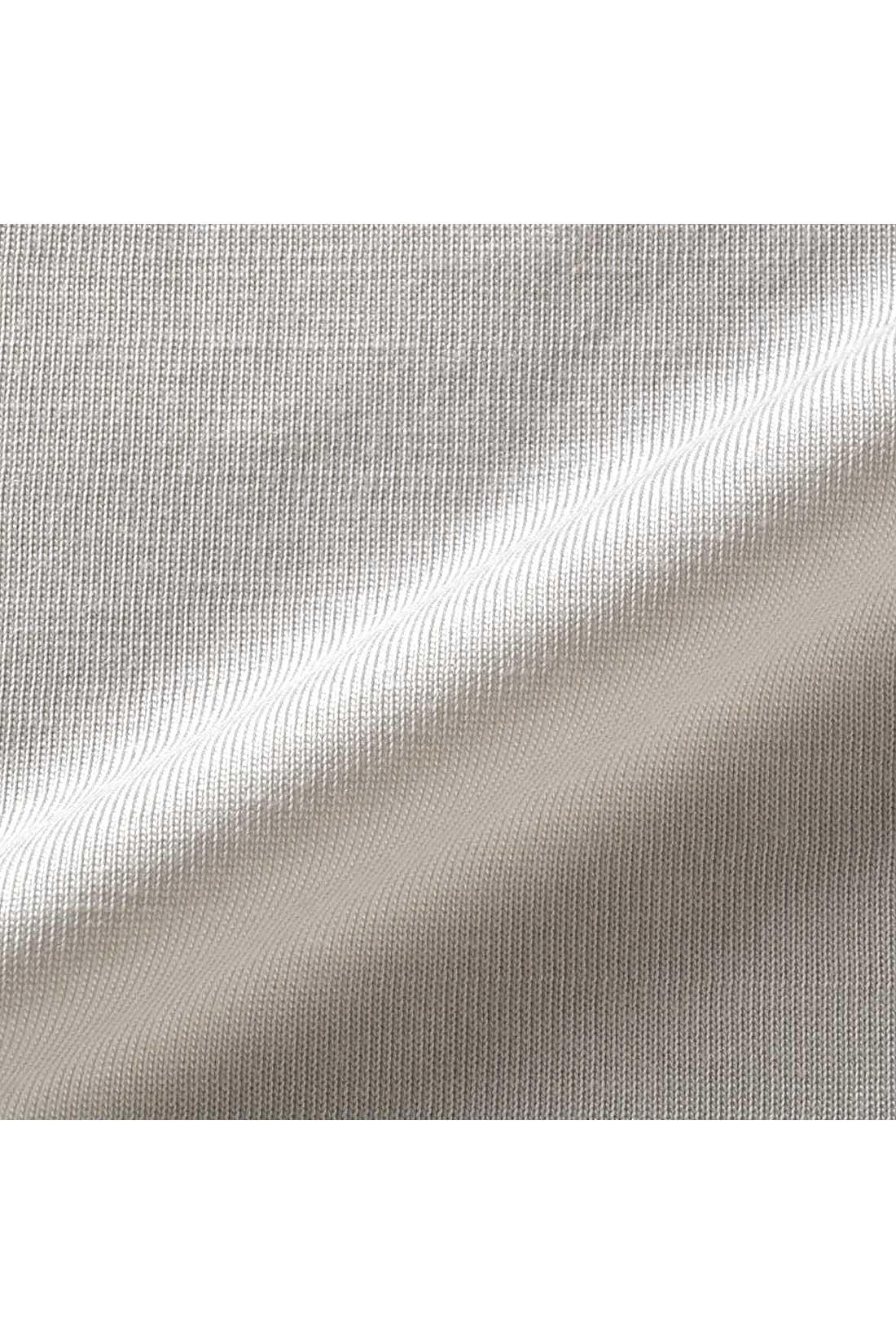 上質なテンセル(R)混素材のカットソーは肌にしっとり寄り添うやわらかさ。
