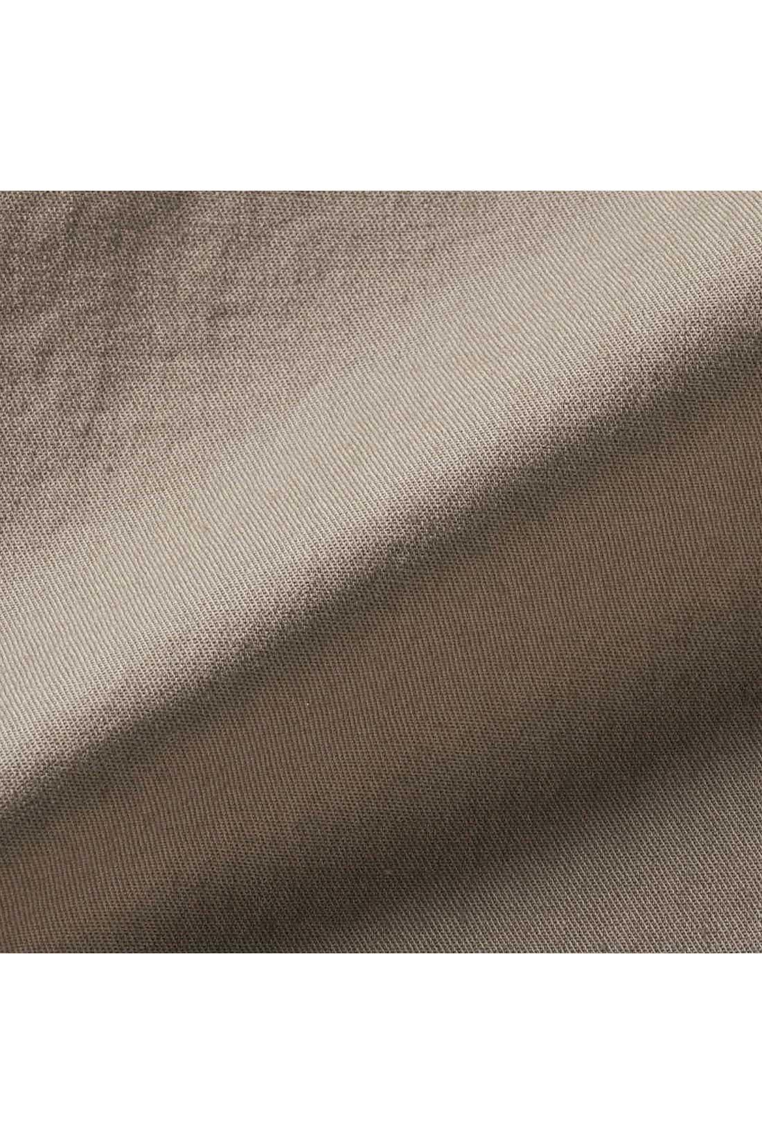 さらりとしたドライ感のあるストレッチ素材。