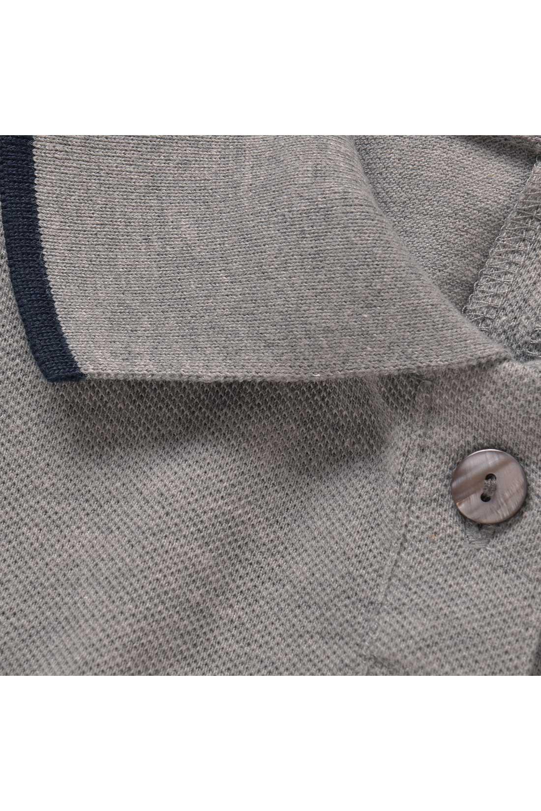 身ごろと同色で編み立てたニット衿で、立ち衿姿もキリッと美しく。貝調ボタンもさわやか。