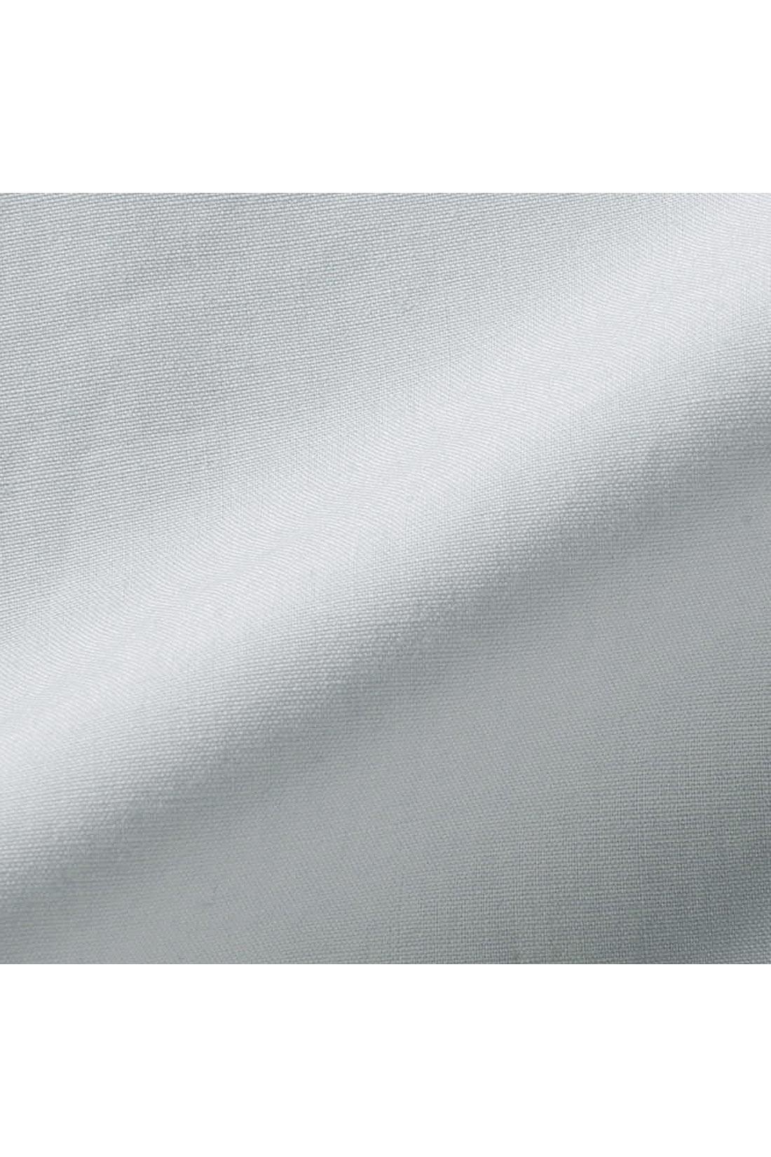 シャリッとした張り感のあるコットン100%のタイプライター素材を使用。生地に洗いをかけることでシワ感を出しこなれた感じに。