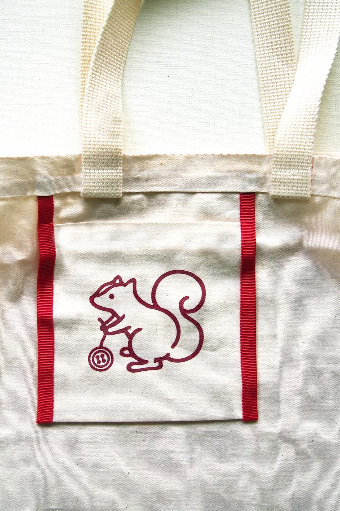 内ポケットには、クチュリエのロゴでおなじみのりすちゃんをプリント!