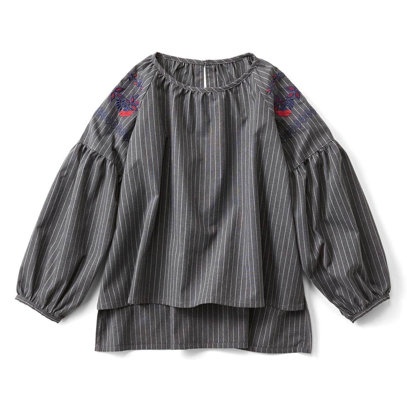 フォークロア刺しゅうのぷっくりゆる袖トップス〈グレー〉