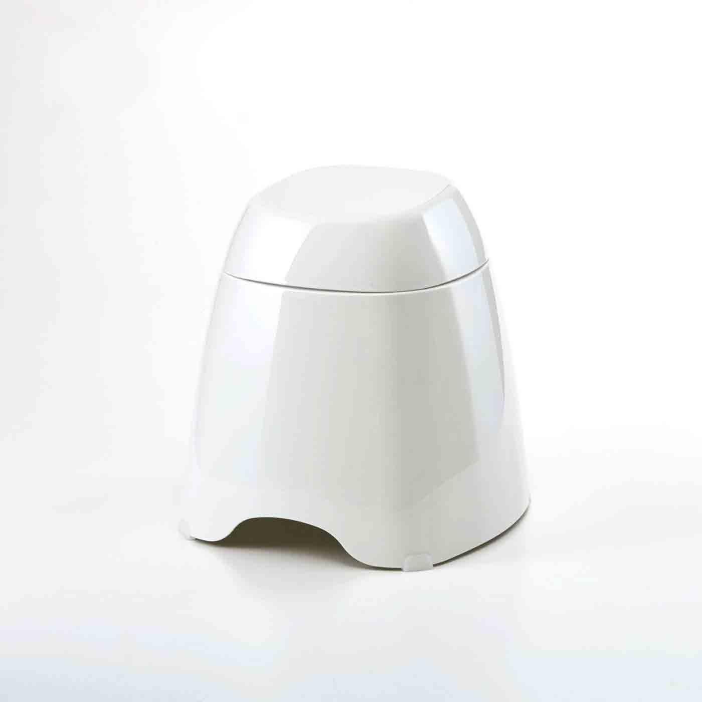 バスルームをシンプルに ひとつに重ねて収納できるバススツールセット
