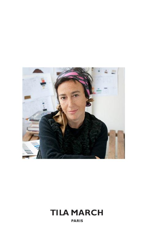 デザイナー:TAMARA TAICHMAN (タマラ・タイシュマン)1967年パリ生まれ。ファッションエディター及びファッションコンサルタントとしてのキャリアを持つ。ファッションエディターとして、主にフランス版ELLEで活躍。ファッションコンサルタントとしては、数多くのラグジュアリーブランドを担当し、プレタポルテ及びアクセサリーのデザインを手がける傍ら広告キャンペーンやブランドのイメージ形成にも携わる。パリソルボンヌ大学で経済学を学んだ後、情熱の対象であったファッション業界に飛び込み、フランス版ELLEのファッションエディターアシスタントとなる。6ヵ月後にはファッションエディターとなり、フォトグラファーと組んでELLEのファッション連載ページを創作。彼女の仕事は連載ページに関するコンセプトの提案に始まり、スタイリングの決定はもちろんのこと、モデルのキャスティングからフォトグラファー・メークアップアーティスト・ヘアデザイナーの選出まで多岐にわたる。シューティング中は、撮影チームと一緒に独創的・創造的かつスタイリッシュな環境を創り出すことで、その瞬間のムードを具現化。フランス版ELLEでの仕事と平行して(現在においてもなお、主たる貢献者のひとりであり続けている)数多くのファッションブランドと提携し、プレタポルテ、広告イメージ、ファッションカタログの制作を手掛けてきた…そしてもちろんハンドバッグも。この分野での輝かしい数々の成功の後、ニコラ・ベルデュゴ(ラグジュアリーレザーグッズ業界におけるマーケティングの専門家)と出会い、タマラ自身が制作したゼリグトートバッグをきっかけにバッグブランド: TILA MARCHの設立を決意。タマラ ・タイシュマンはまた、多くの日本人ファッショニスタの間では知られた顔でもある。というのは、何年にもわたり彼女のスタイルが日本人フォトグラファーにより撮影され、日本のファッション雑誌に紹介されてきたからである。そのスタイルとは、彼女のコレクションの根底に流れるスタイリッシュという意味での<シック>な感覚。これみよがしといった意味ではなく、決して<too much>にもならず、彼女特有のセンスで、アウトフィット・カラー・マテリアルに異なる要素をミックスさせることで創造される独自のシルエットである。