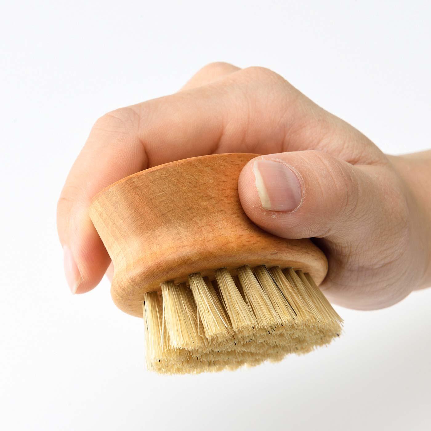 天然木のヘッドは手によくなじむ持ちやすい形状。
