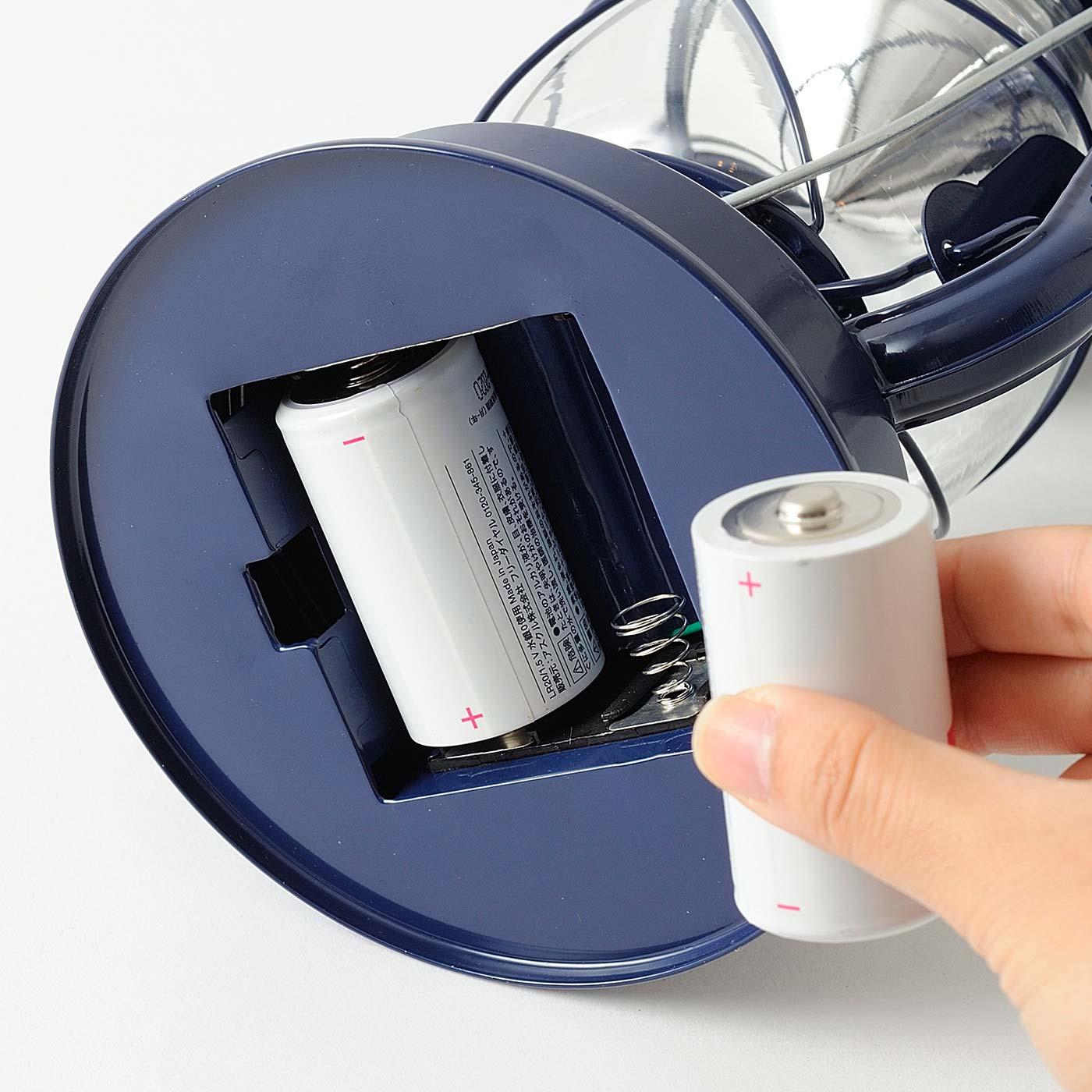 アウトドアでもおうちでも使いやすい電池式。 ※写真は〈ネイビー〉です。