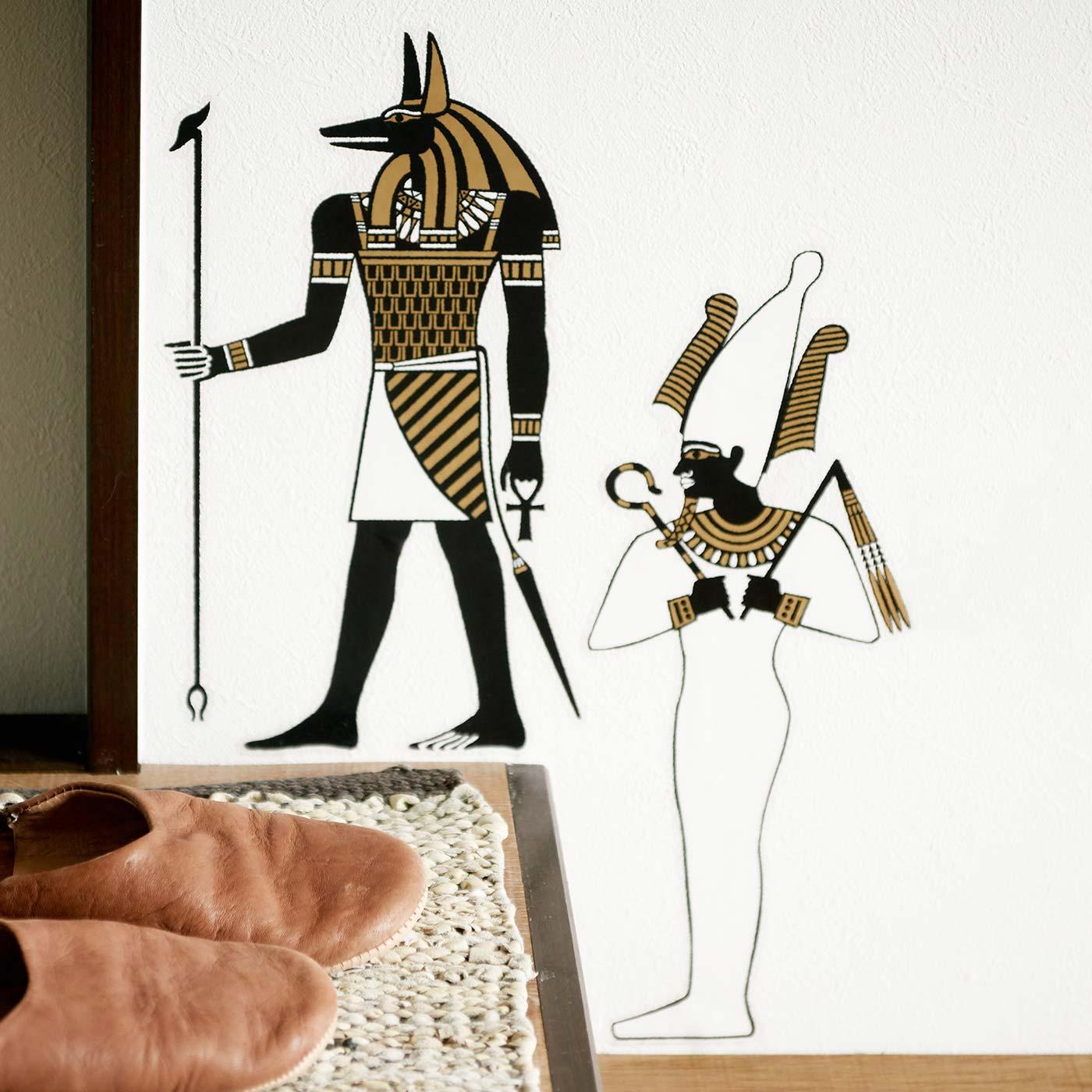 玄関にはアヌビス神とオシリス神を。ゴールドと黒の配色が部屋になじみます。