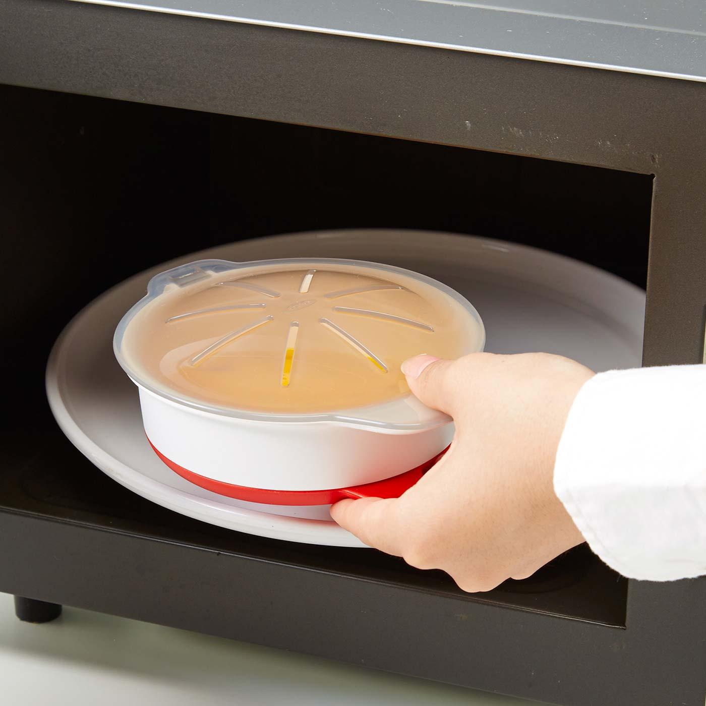 1 本体に直接卵を混ぜて電子レンジへ。1~2分でスクランブルエッグや目玉焼きが完成します。