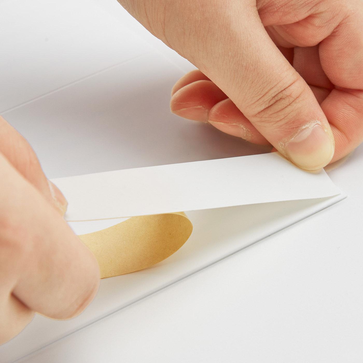 壁側は吸着テープで固定するので、はがしやすい。