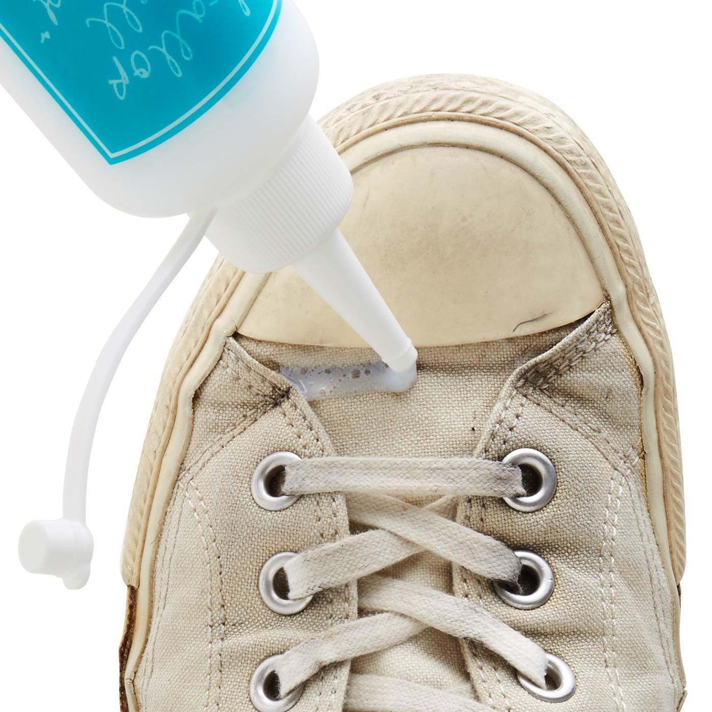 STEP 1 靴を水でぬらし、汚れ部分にクリーナーを塗ります。細いノズルだから細かな部分にも塗りやすい。