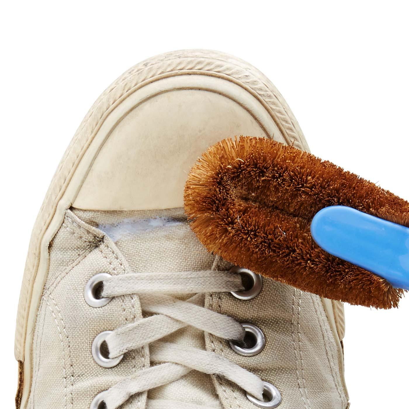 (2)靴ブラシでこすり、汚れをかき出します。